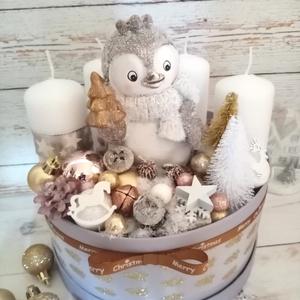 Pingvin csoda, Otthon & Lakás, Karácsony & Mikulás, Karácsonyi dekoráció, Virágkötés, Pingvinek arany rose fehér szürke színekben. Sok sok termessel és szeretettel készült. Átmérője kb. ..., Meska