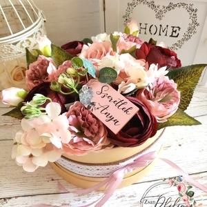 Szeretlek Anya viragbox, Otthon & Lakás, Dekoráció, Asztaldísz, Virágkötés, Csodás mályva,romantikus hortenzia,bazsarózsa minőségi selyemvirágokból virágbox. Kérhető más fa táb..., Meska