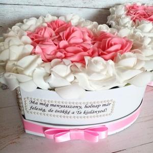 2db Szív pink szülőköszöntő viragbox, Esküvő, Emlék & Ajándék, Szülőköszöntő ajándék, Decoupage, transzfer és szalvétatechnika, Virágkötés, Szöveges szív szülőköszöntő viragbox fehér pink örök habrózsával. Átmérője kb. 22-24 cm. ..., Meska