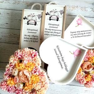 Szülőköszöntő garnitúra, Esküvő, Emlék & Ajándék, Szülőköszöntő ajándék, Decoupage, transzfer és szalvétatechnika, Virágkötés, A garnitúra 2 db fa bortartót és 2 db szív szöveges virágboxot tartalmaz. A rendszámtáblába az esküv..., Meska