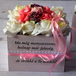 Nagymama köszöntő vintage ládika, Esküvő, Emlék & Ajándék, Köszönőajándék, Decoupage, transzfer és szalvétatechnika, Virágkötés, Örök minőségi selyemvirágokkal,habrózsával,nagymama köszöntésére vintage ládika.\n15x15 cm széles\nTov..., Meska