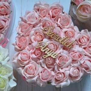 Szív szülőköszöntő box, Esküvő, Emlék & Ajándék, Szülőköszöntő ajándék, Virágkötés, Szív habrózsa szülőköszöntő örök virágbox.\nÁtmérője kb. 22 cm\nMás felirattal is kérhető.\nTovábbi ter..., Meska