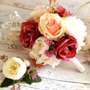 Vintage romantikus rózsás selyemcsokor, Esküvő, Menyasszonyi- és dobócsokor, Menyasszonyi- és dobócsokor, Virágkötés, Minőségi selyemvirágokból romantikus,vintage rózsa és boglárka esküvői csokor.\nÁtmérője kb. 24 cm, m..., Meska