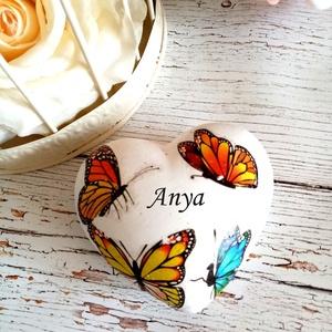 Szív pillangós kő , Otthon & Lakás, Dekoráció, Kavics & Kő, Decoupage, transzfer és szalvétatechnika, Szöveges üzenet szív pillangós kő. Kérheted más szóval,névvel is.Szív dobozkával is. Személyesen is ..., Meska
