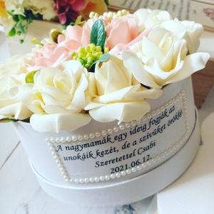 Nagymama virágbox, Esküvő, Emlék & Ajándék, Szülőköszöntő ajándék, Decoupage, transzfer és szalvétatechnika, Virágkötés, Meghitt szöveges örök habrózsa virágbox. Átmérője kb. 19 cm. További termékeimet megtekintheted Zsan..., Meska