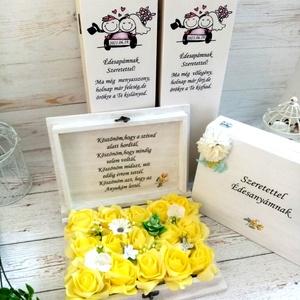 Szülőköszöntő garnitúra, Esküvő, Emlék & Ajándék, Szülőköszöntő ajándék, Decoupage, transzfer és szalvétatechnika, Virágkötés, A garnitúra tartalma 2 db fa szöveges bortartó, 2db fa virágos ládika.\nKérhető más színű habrózsákka..., Meska