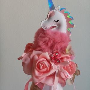 Unikprnisos ballagási csokor, Otthon & Lakás, Dekoráció, Csokor & Virágdísz, Virágkötés, Unikornisos habrózsás ballagási tölcsér csokor. Átmérője kb. 15 cm\nKérhetó flamingos figurával is. ..., Meska