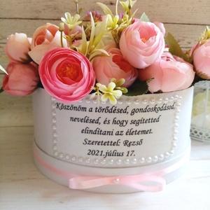 Köszönöm vitágbox, Esküvő, Emlék & Ajándék, Szülőköszöntő ajándék, Decoupage, transzfer és szalvétatechnika, Virágkötés, Szöveges boglárkás, selyemvirágos virágbox.\nÁtmérő kb. 19 cm, Meska
