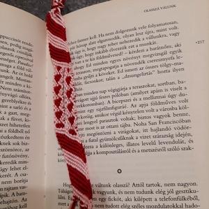 Szív mintás könyvjelző , Otthon & Lakás, Tárolás & Rendszerezés, Csomózás, Csomózott könyvjelző piros-rózsaszín színekben. Pamutból készült, mosható és vasalható is. Bármilyen..., Meska
