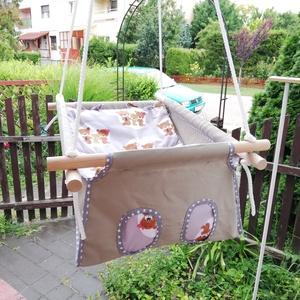 100 % pamut drapp - szürke macis hinta, Gyerek & játék, Baba-mama kellék, Gyerekszoba, Varrás, Famegmunkálás, Erős vászonból készül ez a baba hinta, mely születéstől használható 25 kg-ig.\n\nNAGY MÉRETŰ!!! 50 cm ..., Meska