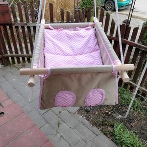 100 % pamut drapp - rózsaszín chevron mintás hinta, Gyerek & játék, Baba-mama kellék, Gyerekszoba, Varrás, Famegmunkálás, Erős vászonból készül ez a baba hinta, mely születéstől használható 25 kg-ig.\n\nNAGY MÉRETŰ!!! 50 cm ..., Meska