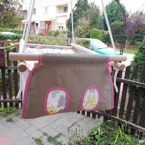 100 % pamut drapp - állatos hinta, rózsaszín szegéssel, Játék & Gyerek, Hinta & Kerti játék, Varrás, Famegmunkálás, Erős vászonból készül ez a baba hinta, mely születéstől használható 25 kg-ig.\n\nNAGY MÉRETŰ!!! 50 cm ..., Meska