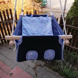100 % pamut sötétkék-kék kiscipős hinta, Játék & Gyerek, Hinta & Kerti játék, Varrás, Famegmunkálás, Erős vászonból készül ez a baba hinta, mely születéstől használható 25 kg-ig.\n\nNAGY MÉRETŰ!!! 50 cm ..., Meska