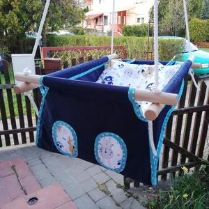 100 % pamut kék-macis hinta, Játék & Gyerek, Hinta & Kerti játék, Varrás, Famegmunkálás, Erős vászonból készül ez a baba hinta, mely születéstől használható 25 kg-ig.\n\nNAGY MÉRETŰ!!! 50 cm ..., Meska