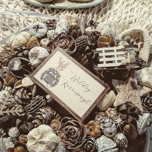 Téli havas színvilágú kopogtató, Karácsony, Karácsonyi dekoráció, Otthon & lakás, Lakberendezés, Ajtódísz, kopogtató, Dekoráció, Ünnepi dekoráció, Mindenmás, Virágkötés, Téli színvilágú kopogtató, arany, fehér és natúr színekkel.\nÁtmérője 21 cm, vegyes termésekkel, mini..., Meska