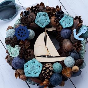 Nyári kopogtató hajóval, Otthon & Lakás, Dekoráció, Ajtódísz & Kopogtató, Virágkötés, Nyári kopogtató, hűvösebb, türkiz-kék-barna színekkel.\nÁtmérője 20 cm, vegyes termésekkel, mini fona..., Meska