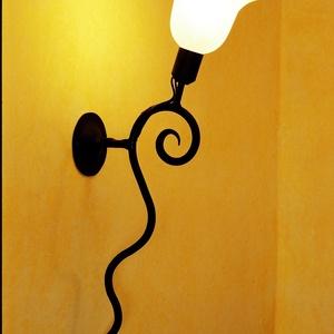 Csiga lámpa, Lakberendezés, Otthon & lakás, Lámpa, Fali-, mennyezeti lámpa, Hangulatlámpa, Kovácsoltvas, Fémmegmunkálás, Kovácsoltvasból készült termék. Ajánlom ebédlőbe, folyosóra, lépcsőházba, stb.\nMérete: kb 45 cm.\nRen..., Meska