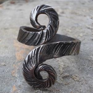 Kovácsolt gyűrű8, Ékszer, Gyűrű, Férfiaknak, Táska, Divat & Szépség, Fémmegmunkálás, Kovácsoltvas, Rozsdamentes anyagból készült egyedi tervezésű és mintázatú gyűrű.Mérete kérésre állítható.\nMérete: ..., Meska