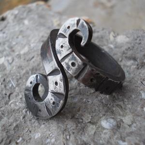 Kovácsolt gyűrű11, Fonódó gyűrű, Gyűrű, Ékszer, Fémmegmunkálás, Kovácsoltvas, Rozsdamentes anyagból készült egyedi tervezésű és mintázatú gyűrű.Mérete kérésre állítható.\nMérete: ..., Meska