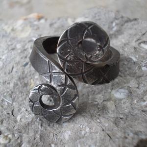 Kovácsolt gyűrű13, Fonódó gyűrű, Gyűrű, Ékszer, Fémmegmunkálás, Kovácsoltvas, Rozsdamentes anyagból készült egyedi tervezésű és mintázatú gyűrű.Mérete kérésre állítható.\nMérete: ..., Meska