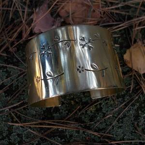 Kovácsolt réz karkötő , Széles karkötő, Karkötő, Ékszer, Kovácsoltvas, Ötvös, Sárgarézből készült karkötő. A díszítést az általam készített mintabeütőkkel készítettem, melyek has..., Meska