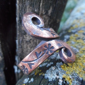 Réz gyűrű-virágos, Fonódó gyűrű, Gyűrű, Ékszer, Fémmegmunkálás, Kovácsoltvas, Rézből készült egyedi tervezésű és mintázatú gyűrű.\nMérete kérésre állítható.\nMérete: 2 cm széles\nTu..., Meska