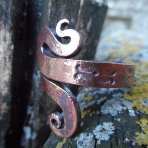 Tulipános gyűrű 2., Fonódó gyűrű, Gyűrű, Ékszer, Fémmegmunkálás, Kovácsoltvas, Rézből készült egyedi tervezésű és mintázatú gyűrű.\nMérete kérésre állítható.\nMérete: 2 cm széles\nTu..., Meska