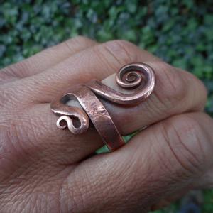Kovácsolt gyűrű14, Fonódó gyűrű, Gyűrű, Ékszer, Fémmegmunkálás, Kovácsoltvas, Vörösrézből készült egyedi tervezésű gyűrű.\nMérete a megrendelő kérése szerint., Meska