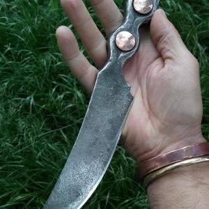 """Kés-\""""Szegecses\"""", Egyéb, Férfiaknak, Horgászat, vadászat, Hagyományőrző ajándékok, Kovácsoltvas, Fémmegmunkálás, Rugóacélból kovácsolt kés. A nyelét két db vörösréz szegecs díszíti. Éltípus: konvex, keménysége 57-..., Meska"""