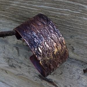Rusztikus karkötő 2., Ékszer, Karkötő, Karperec, Fémmegmunkálás, Vörösrézből kovácsolt egyedi karkötő.\nMéretei:  kb. 1.5 mm vastag, 35 - 40 mm széles., Meska