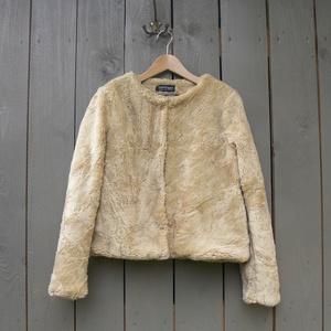 Műszőrme kabát, Ruha & Divat, Női ruha, Kabát, Varrás, \nRövid bézs rövid műszőrme kabát, vékonyan bélelt, oldalt zsebekkel. Franciakapcsokkal záródik. 36-o..., Meska