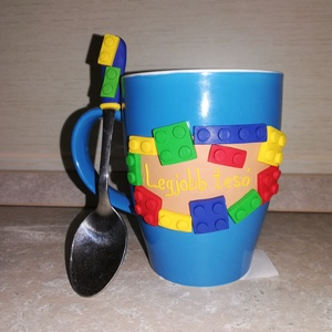 Lego mintás bögre kanállal felirattal, Otthon & lakás, Dekoráció, Lakberendezés, Konyhafelszerelés, Bögre, csésze, Gyurma, Lego mintás bögre kanállal, felirattal.\n\nKérésre más színű bögrére, más felirattal is elkészítem...., Meska