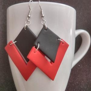 Piros-fekete akasztós fülbevaló, Ékszer, Fülbevaló, Gyurma, Piros-fehér-fekete akasztós fülbevaló\n\nHossza: kb 7,5 cm, Meska