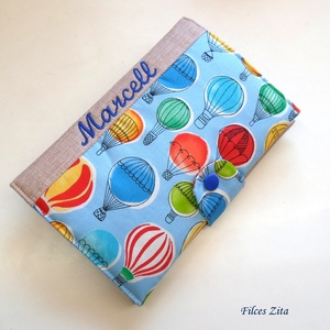 Hőlégballonos egészségügyi kiskönyv borító hímzett névvel , Könyv- és füzetborító, Papír írószer, Otthon & Lakás, Varrás, Patchwork, foltvarrás, Patenttal záródó hőlégballonos eü. kiskönyv borító, designer pamut anyagokból.\n\nA név felirat gépi h..., Meska