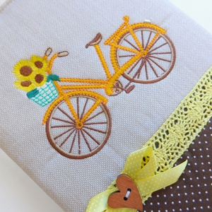 Biciklis napló, jegyzetfüzet , Jegyzetfüzet & Napló, Papír írószer, Otthon & Lakás, Varrás, Patchwork, foltvarrás, Gépi hímzéssel kerékpár került ennek a naplónak az elejére. Pamut csipkével, gombbal díszítettem. Né..., Meska