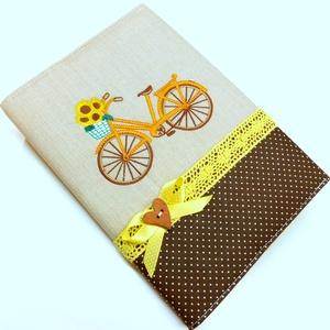 Biciklis napló, jegyzetfüzet , Otthon & Lakás, Papír írószer, Jegyzetfüzet & Napló, Varrás, Patchwork, foltvarrás, Gépi hímzéssel kerékpár került ennek a naplónak az elejére. Pamut csipkével, gombbal díszítettem. Né..., Meska
