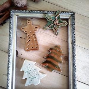 Karácsonyi hűtőmágnesek, Otthon & lakás, Lakberendezés, Karácsony, Dekoráció, Ünnepi dekoráció, Karácsonyfadísz, Kerámia, Vörös és fehér agyagból formáztam majd mázaztam ezeket a karácsonyi témájú hűtőmágneseket.\n\nEbben a ..., Meska