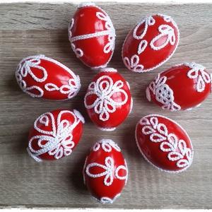 Horgolt motívumokkal díszített húsvéti tojások, Otthon & lakás, Dekoráció, Ünnepi dekoráció, Húsvéti díszek, Lakberendezés, Horgolás, Piros festékkel mázolt, apró, fehér, horgolt motívumokkal díszített egyedi műanyag húsvéti tojások.\n..., Meska