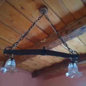Rusztikus ,egyedi lámpa függeszték., Fali & Mennyezeti lámpa, Lámpa, Otthon & Lakás, Famegmunkálás, Egyedi készítésű ódon lovaskocsi vontató alkatrészéből (hámfából), régi vasláncból, öntött üveg  vir..., Meska
