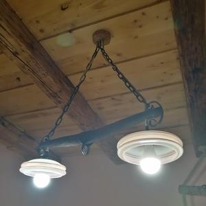 Rusztikus lámpa függeszték., Otthon & lakás, Lakberendezés, Lámpa, Fali-, mennyezeti lámpa, Fémmegmunkálás, Egyedi készítésű ódon lovaskocsi vontató alkatrészéből (hámfából), régi vasláncból, régi formavilágú..., Meska