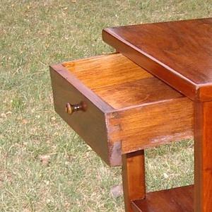 kisasztalka, Bútor, Otthon & lakás, Dekoráció, Asztal, Famegmunkálás, Mindenmás, Tömör tölgyfából készített fiókos kisasztal.\r\n\r\nmagasság: 90 cm\r\nasztallap mérete:50x40 cm, Meska