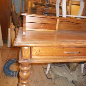 íróasztal III., Otthon & Lakás, Asztal, Bútor, Tömör fenyőfából készült esztergált lábú két fiókos íróasztal kis szekreterrel, ónémet stílusjegyekk..., Meska