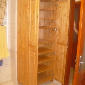 Két ajtós polcos szekrény, Bútor, Otthon & lakás, Szekrény, Lakberendezés, Tárolóeszköz, Famegmunkálás, Mindenmás, Tömör borovi fenyődeszkából készült kétajtós, polcos szekrény, dió színre pácolva, kívül belül lakko..., Meska