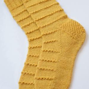 String of Bobbles, kézzel kötött női zokni, Ruha & Divat, Cipő & Papucs, Zokni, Saját tervezésű, kézzel kötött, gyönyörű női zokni. A minta, amely az egész zoknin körbefut egy gyön..., Meska