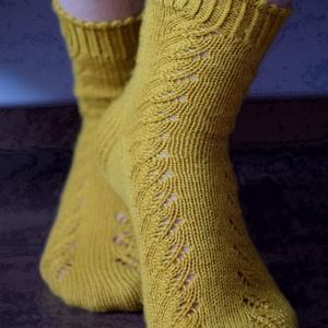 Gerda, kézzel kötött, csipkemintás női zokni, Ruha & Divat, Cipő & Papucs, Zokni, Saját tervezésű, kézzel kötött, a csipkemintának és a picot kezdésnek köszönhetően igazán finom és n..., Meska