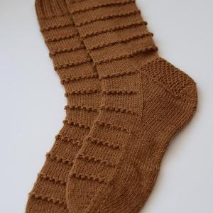 String of Bobbles női zokni, Ruha & Divat, Cipő & Papucs, Zokni, Kötés, Saját tervezésű, kézzel kötött, gyönyörű női zokni. A minta, amely az egész zoknin körbefut egy gyön..., Meska