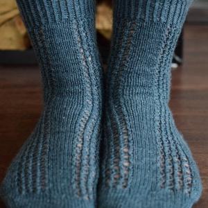 Guilda, csipkés női zokni , Ruha & Divat, Cipő & Papucs, Zokni, Saját tervezésű, kézzel kötött, csipkés női zokni. A zokni száránál a befejező Picot szél nemcsak gy..., Meska