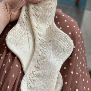Gerda, kézzel kötött, csipkés női zokni, Ruha & Divat, Cipő & Papucs, Zokni, Saját tervezésű, kézzel kötött, a csipkemintának és a picot kezdésnek köszönhetően igazán finom és n..., Meska