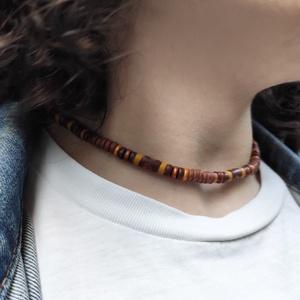 Rövid nyaklánc - férfi, bronz-barna, Ékszer, Nyaklánc, Medál nélküli nyaklánc, Gyöngyfűzés, gyöngyhímzés, Gyurma, Egyszerű, de mégis különleges rövid nyaklánc, laza szörfös stílussal.\n\nSaját tervezésű nyaklánc, mel..., Meska