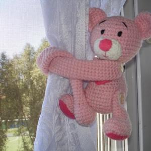 Függöny összekötő - függönyfogó horgolt játékfigura maci rózsaszín, Függöny, Lakástextil, Otthon & Lakás, Horgolás, Kézzel horgolt függöny összekötő maci figurák párban.\nMérete 36 cm a kéz hosszával együtt.\nA maci ke..., Meska